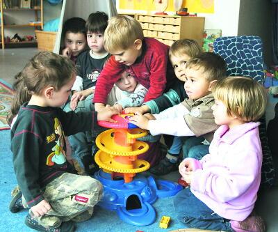 """""""Der Mensch ist nur da ganz Mensch, wo er spielt"""": Dieses Zitat von Friedrich Schiller ist ein Leitsatz des Lühnder Kindergartens. Foto: Schütte"""